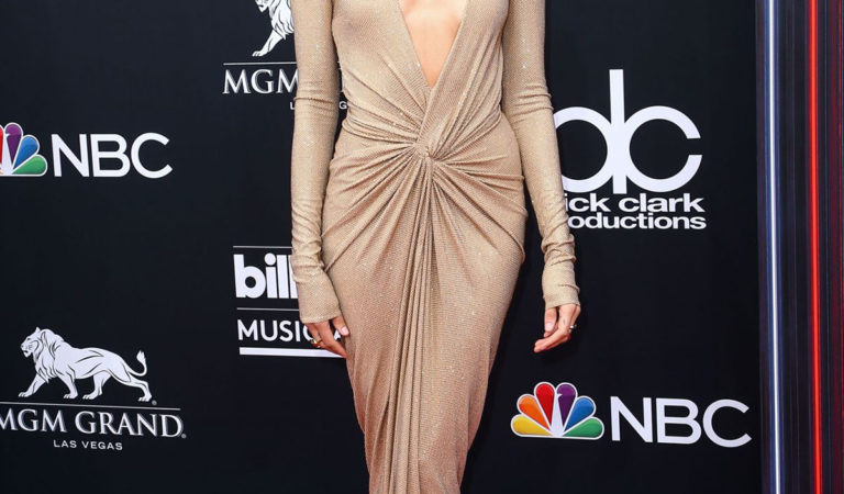 Red Carpet – Hailey Baldwin at 2018 Billboard Music Awards