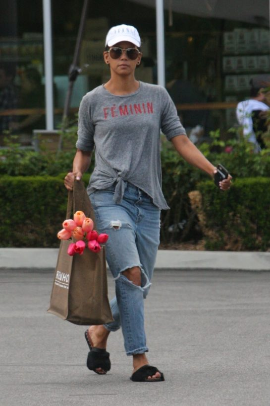 Halle Berry – Shopping at the Grocery Store in Lost Hills