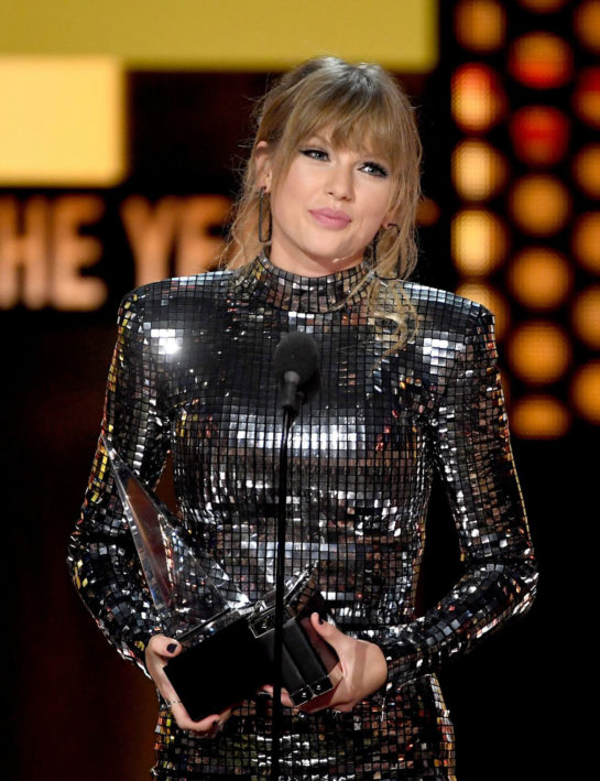 Taylor Swift Accepts the Award for Tour of the Year – 2018 American Music Awards in LA