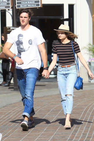 Joey King and Jacob Elordi Shopping at The Grove in Los AngeleJoey King and Jacob Elordi Shopping at The Grove in Los Angele