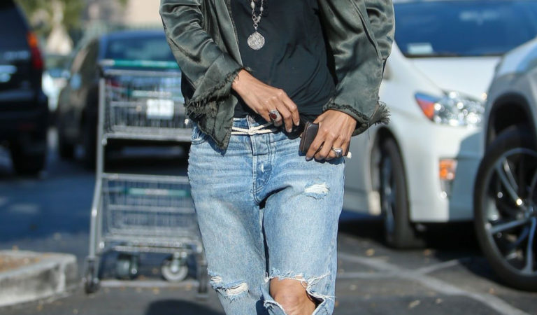 Celebrity Jeans – Halle Berry in Ripped Jeans in Los Angeles