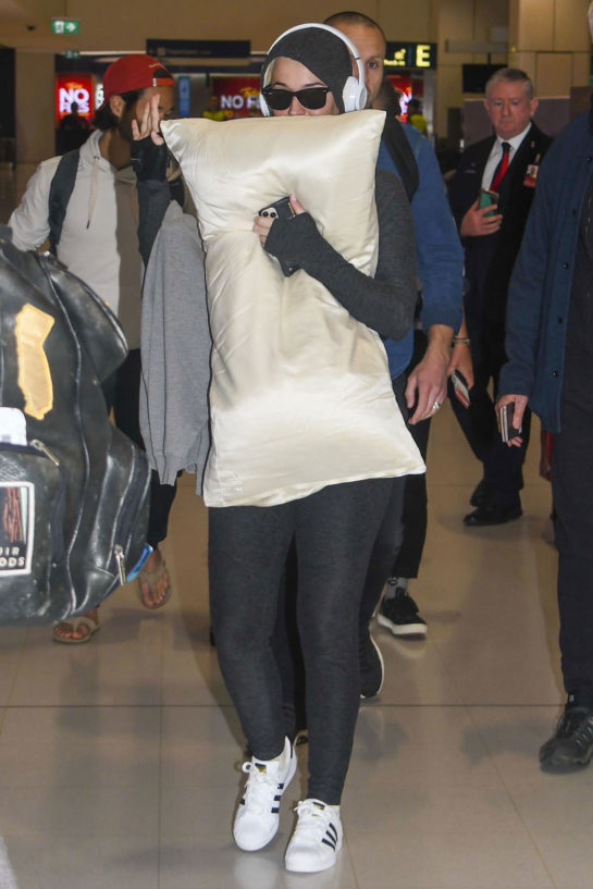 Pregnant Katy Perry covered her face and stomach with a pillow at Sydney Airport