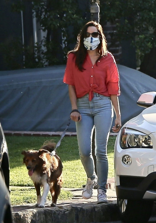 Aubrey Plaza Shopping at a Pet Store in Los Angeles