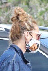 Julia Roberts Wears Barack Obama Face Mask While shopping at the Malibu Country Mart