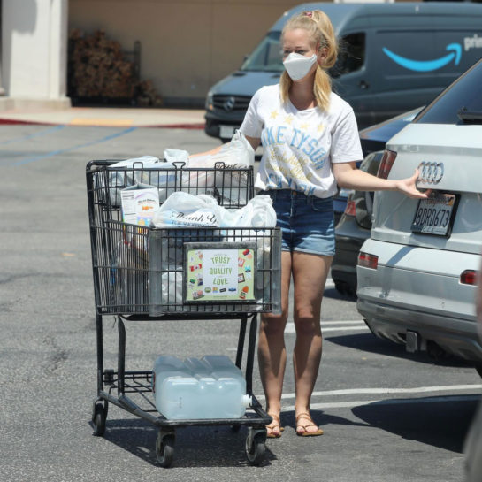 Kendra Wilkinson was seen grocery shopping in Los Angeles