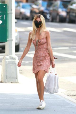 Emily Ratajkowski Arrives back at her apartment in New York City