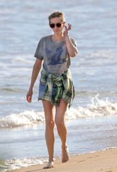 Julia Roberts Enjoys a Solo Beach Walk in Hawaii